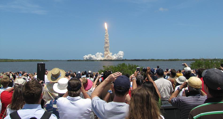 Crowd photograping the launch of the space shuttle Atlantis